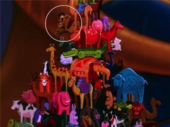 """Em """"Alladin"""", a Fera aparece como um dos brinquedos do sultão."""