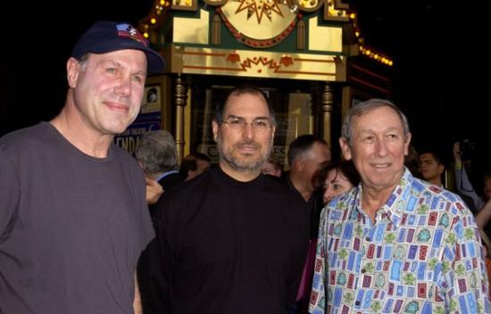 Michael Eisner (à esquerda), Jobs e o Diretor Roy E. (direita)