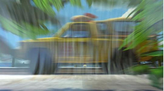 """Em """"Procurando Nemo"""" (2003), é possível ver o carro amarelo da Pizza Planet quando os peixes estão tentando fugir no saco plástico cheio de água."""