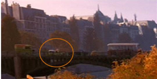 """Em """"Ratatouille"""" (2007), também é possível encontrar a caminhonete amarela, mas de uma forma bem sutil. O utilitário está cruzando o rio Sena à esquerda."""
